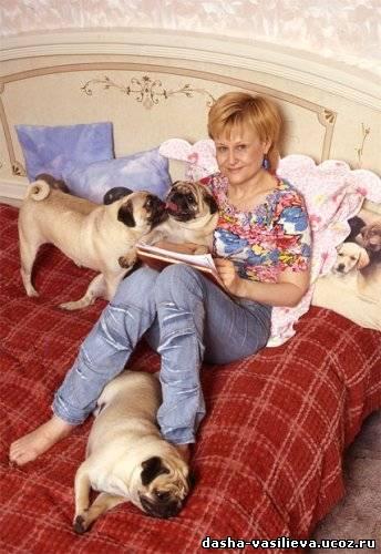 Писательница Дарья Донцова со своими многочисленными мопсами.